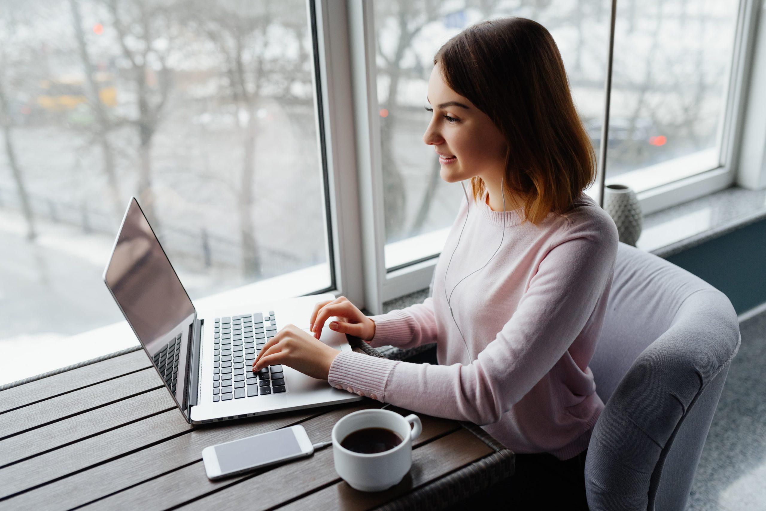 Mujer recibiendo psicoterapia en línea
